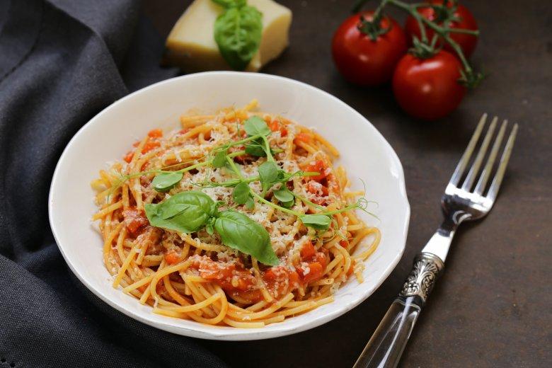 Брзи тестенини со домашен доматен сос