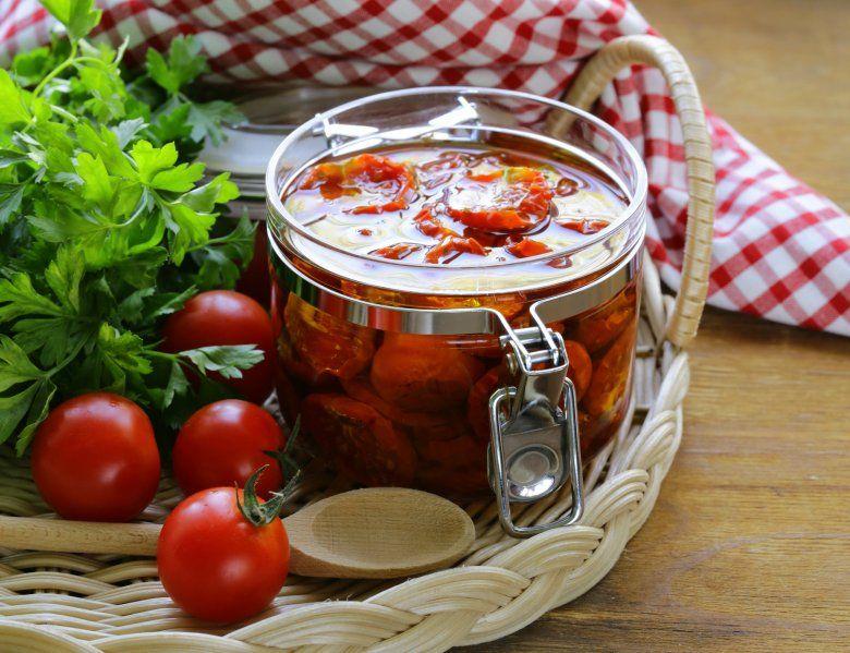 Сушени домати во тегла со маслиново масло и оригано